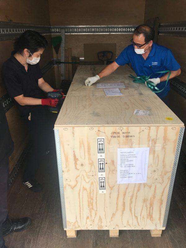 Metoksen asentajat avaamassa Cariitilta saapunutta lähetystä Tokion Metsä-paviljongissa.