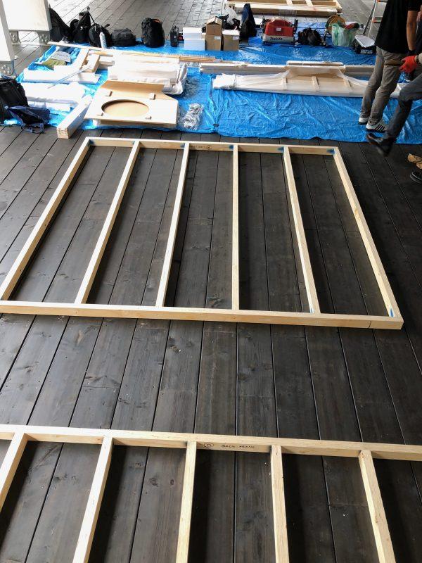 Ensimmäisenä työvaiheena oli saunan seinien ja katon tukirakenteiden pystyttäminen.