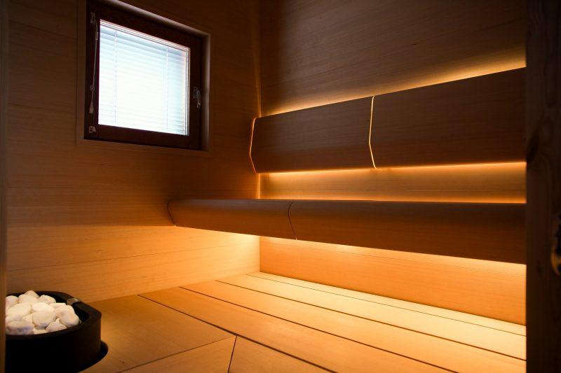 TAIVE-saunamalliston Hemlock-materiaali on itsessään punertavan sävyinen, joten sitä ei ole tapana sävyttää.